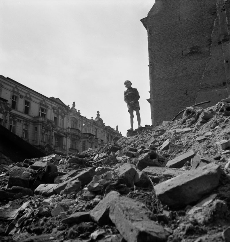17_RomanVishniac-Boy-standing-on-rubble