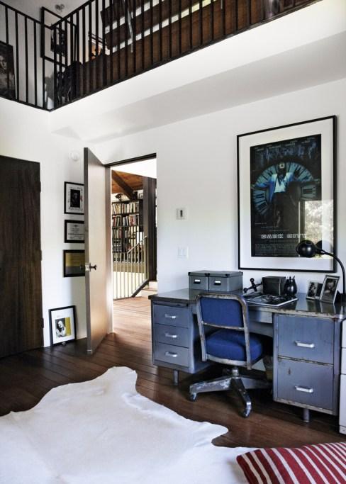 Escritorio industrial con sillas del estilo en habitacion