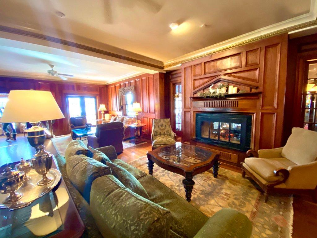mirror-lake-inn-living-room