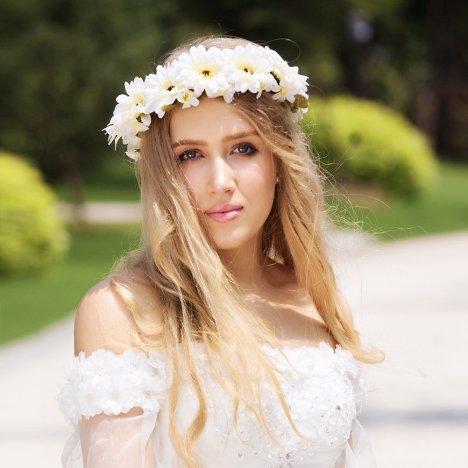 daisy wreath girl