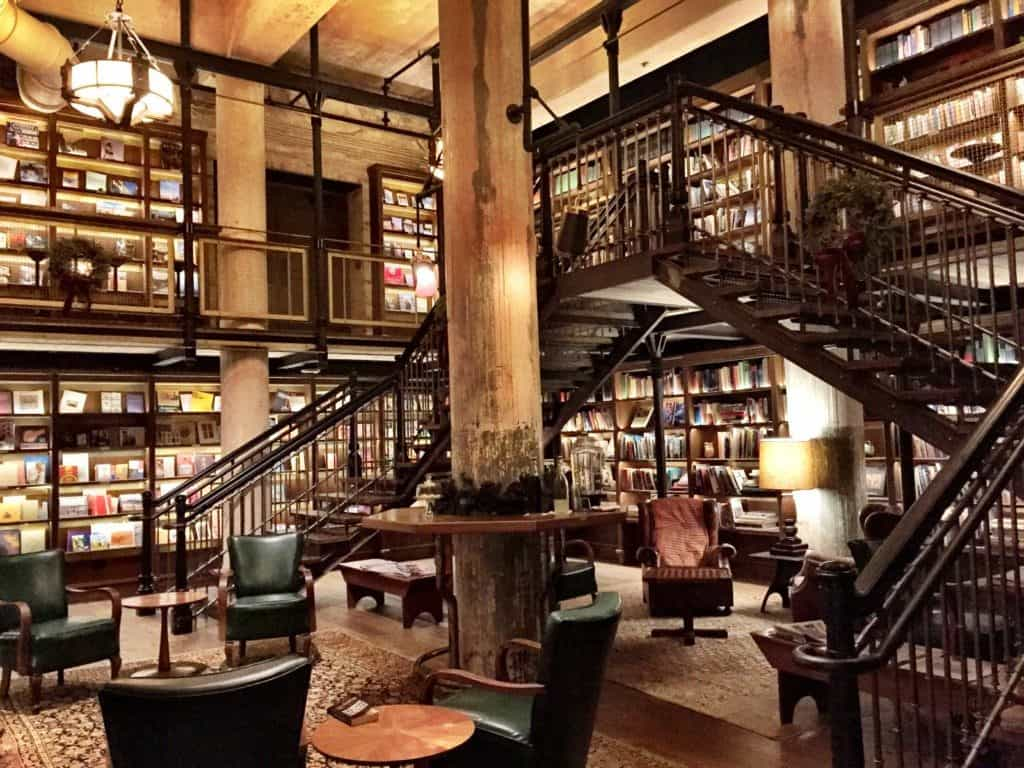 Hotel Emma Library