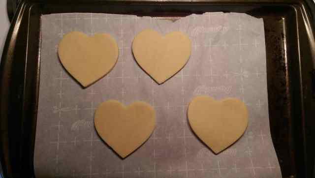 Rolled Out Sugar Cookies - www.momwithcookies.com #sugarcookies #heartcookies #valentinescookies