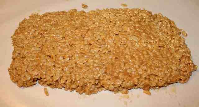 Peanut Butter Rice Crispy Treats - www.momwithcookies.com #peanutbutter #peanutbutterricecrispy #peanutbutterricecrispytreats #ricecrispytreats #ricecrispytreatswithpeanutbutter #recipeswithpeanutbutter #ricecrispytreatsrecipewithpeanutbutter #ricecrispytreatswithoutmarshmallows