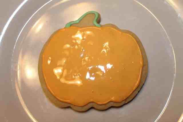 Cookie Decorating: Jack o lantern cookies - www.momwithcookies.com #cookies #cookiedecorating #decoratingcookies #jackolanterncookies #jackolantern #halloween #halloweencookies #halloweencookie #halloweentreats #halloweendesserts #pumpkinshapedcookies