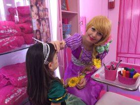 Rapunzel maquilla a la princesa