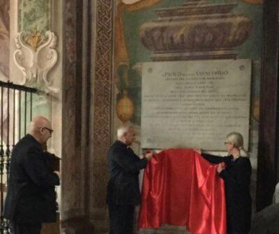 Don Siro Cobianchi, direttore dell'Ufficio Beni Culturali Ecclesiastici della Diocesi di Pavia, e la restauratrice Cinzia Parnigoni svelano la lapide dei re longobardi