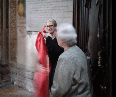 Cinzia Parnigoni toglie il velo che copriva la lapide