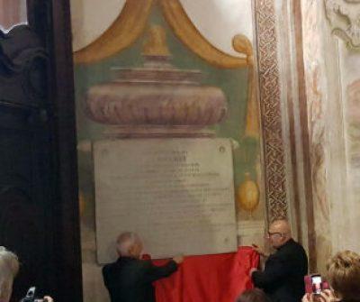 Don Siro Cobianchi e don Franco Tassone svelano la lapide di Adelaide
