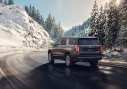 Chevrolet Suburban 2021 sur route