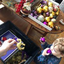 préparation du sapin de noel en Famille