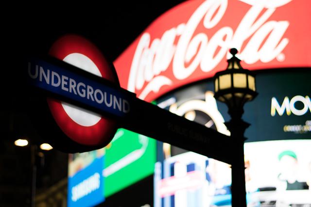 O que fazer em Londres, visite a região de Piccadilly Circus