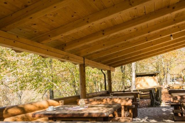 cadeiras de mesas de madeira no Kamp Koren