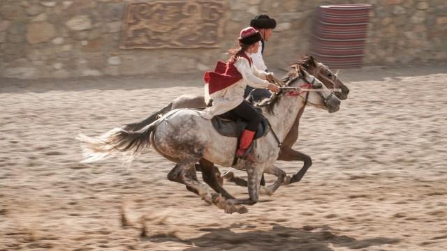 casal a cavalo galopando