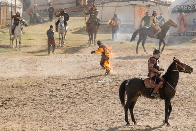 homem pegando fogo em apresentação nos Jogos mundiais nômades