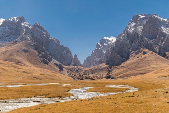 um rio saindo das montanhas de gelo do Quirguistão