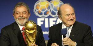 Les présidents Lula (Brésil) et Sepp Blatter (FIFA) après la désignation du Brésil pour organiser le Mondial 2014