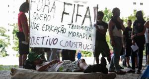 Des manifestants contre le Mondial au Brésil, le 25 janvier 2014 à Sao Paulo (AFP, Miguel Schincariol)