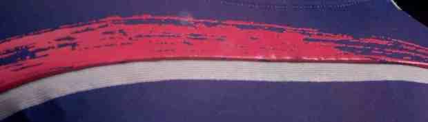 La bande rouge symbolise l'esprit d'équipe
