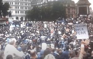 COVID-19: Plus de 100 000 personnes manifestent à Londres contre les mesures imposées par le gouvernement