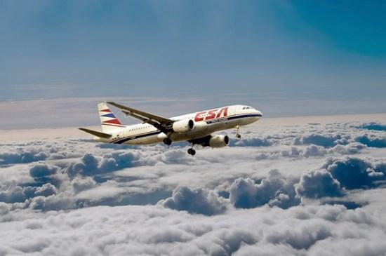 Avión volando por encima de nubes