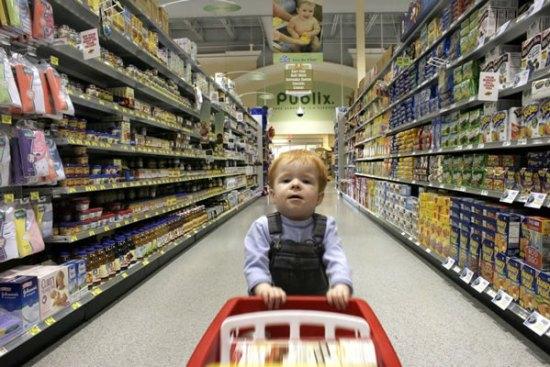 niño de compras en tienda