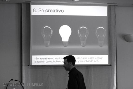 """Andando delante de un cartel que dice """"sé creativo"""""""