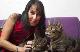 Notizie curiose: donna sposa i suoi due gatti