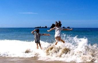 Giochi nell'acqua: saltare le onde