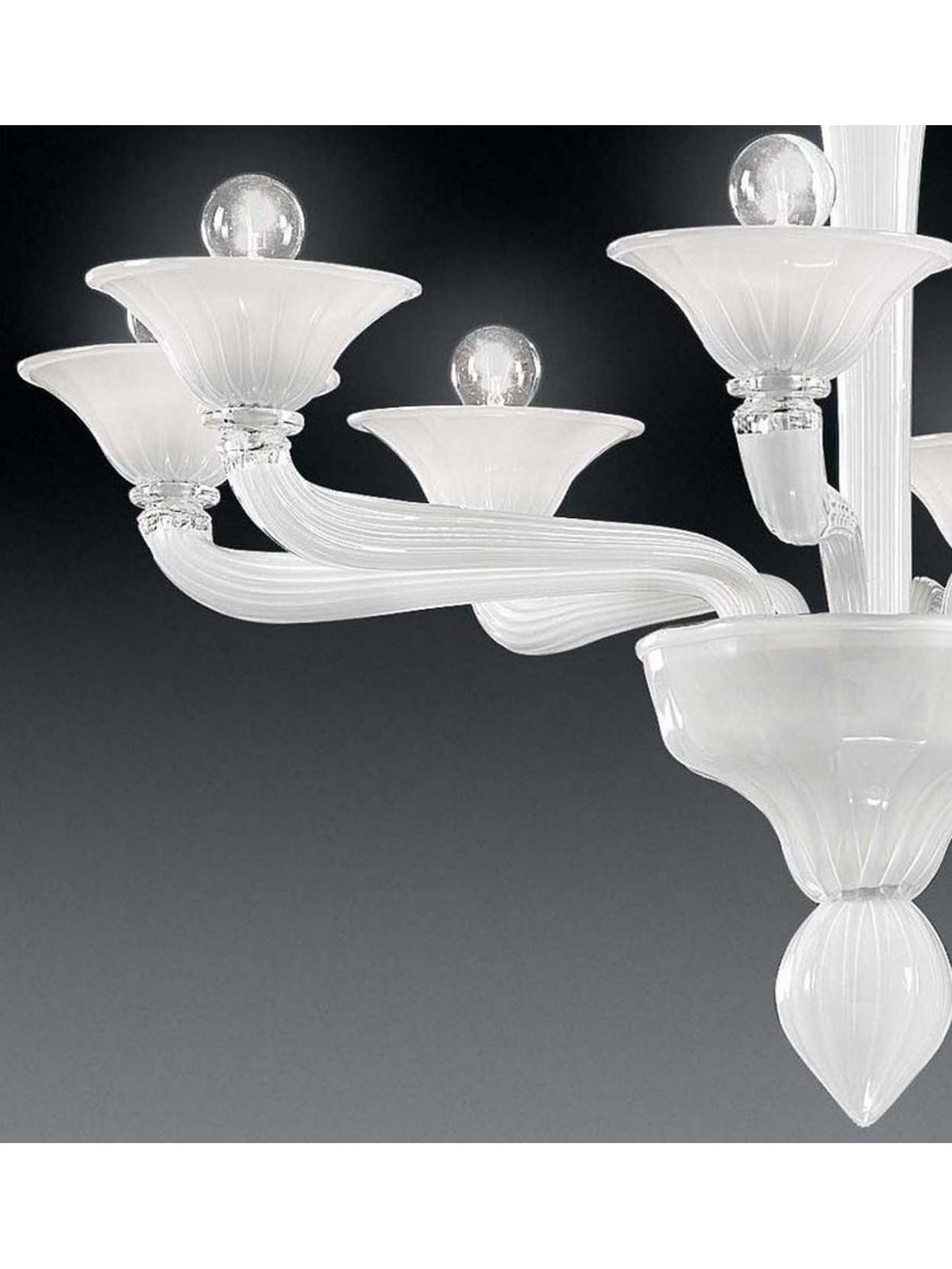 I nostri lampadari moderni in vetro sono il frutto della nostra abilità forgiare questo nobile materiale, arte che abbiamo imparato nelle migliori fornaci di murano. Lampadario Murano 8 Luci Voltolina Ca D Oro Bianco