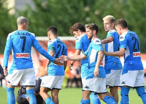Caos Napoli in allenamento: centinaia di tifosi contro i giocatori