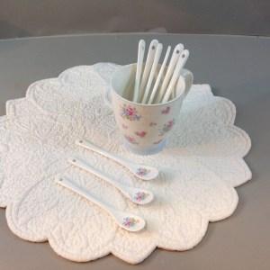 cucchiaini porcellana bianca pois azzurri e roselline