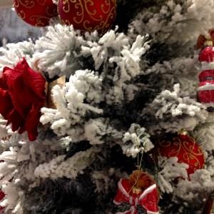 albero di natale con balocchi e palline rosse