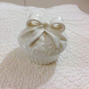 Coccole di Casa Scatolina in porcellana panna con fiocco panna