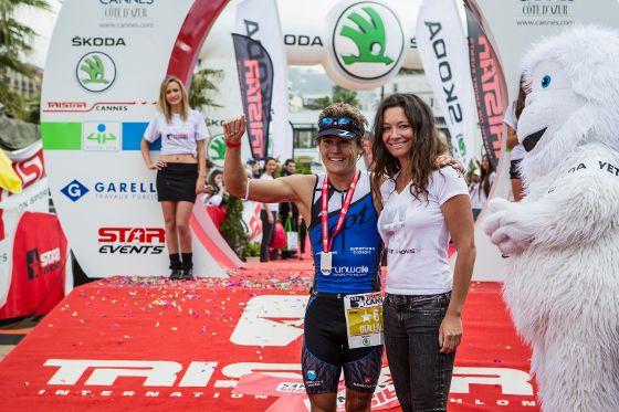 Romaine Guillaume, vincitore della 1^ edizione del TriStar Cannes, insieme con l'organizzatrice della gara Manuela Garelli