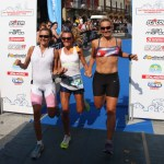Valeria Straneo, al centro, al traguardo del Triathlon Internazionale di Mergozzo 2014