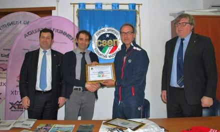 Matteo Benedetti premiato per lo Swimrun Italia
