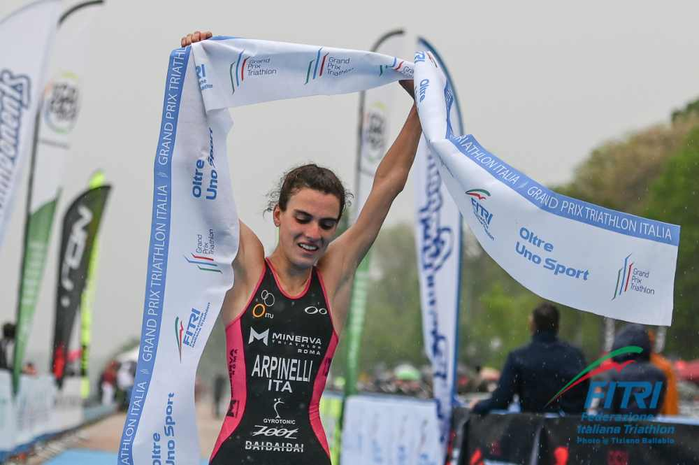 La junior Costanza Arpinelli vince la prima tappa del Grand Prix Triathlon 2019 disputata all'Idroscalo di Milano (Foto ©Tiziano Ballabio).