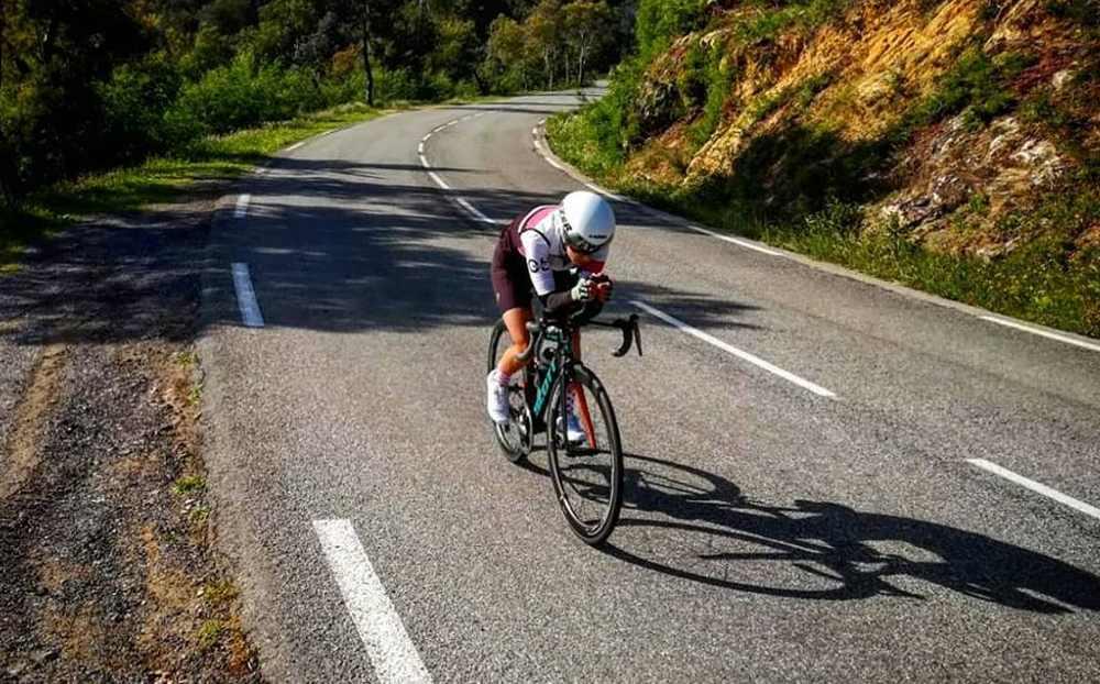 Elisabetta Curridori durante l'ultima ricognizione del percorso ciclistico del Cannes International Triathlon 2019.