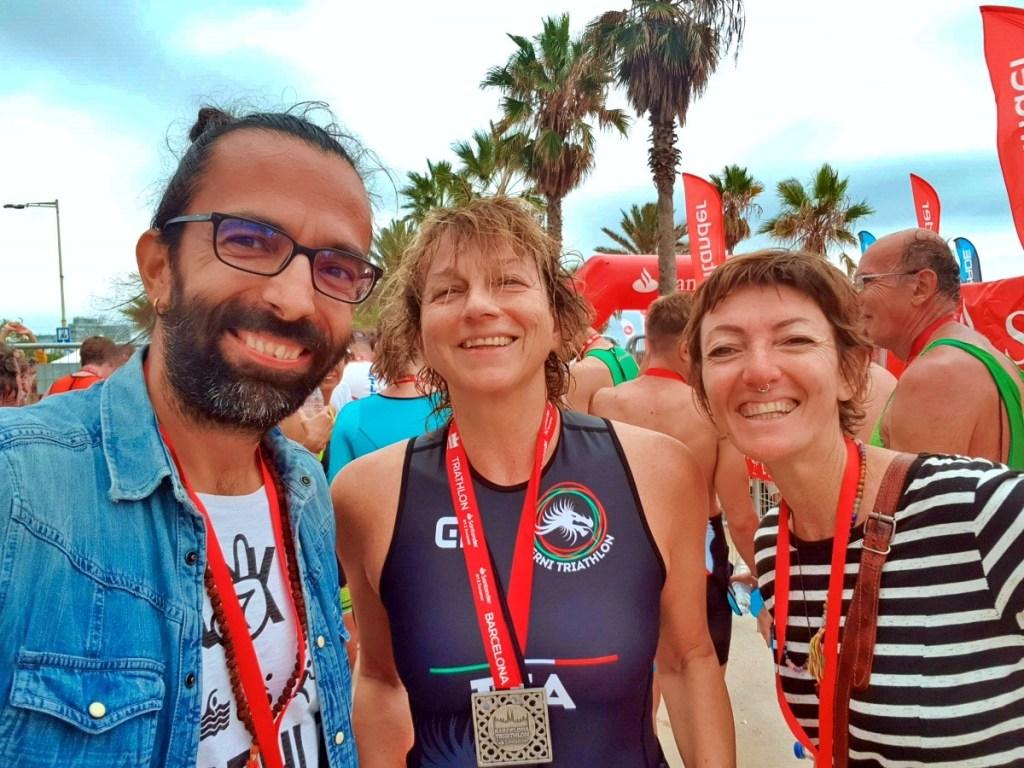 Daddo, Gianna e Francesca sorridenti per festeggiare la medaglia conquistata al Barcelona Triathlon 2019