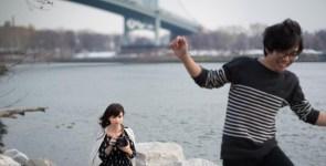 Solitudine: artista June Korea con la sua bambola compagna