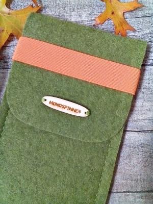Brillentasche/ Brillenetui/ Filztasche Max (grün-orange) mit Gummiband - MONDSPINNE