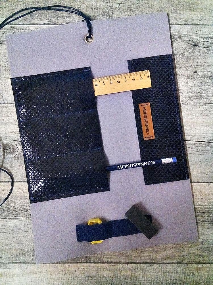 """Stifterolle """"Borneo"""" (grau-blau-schwarz) aus Wollfilz und geprägtem Rindsleder - MONDSPINNE"""