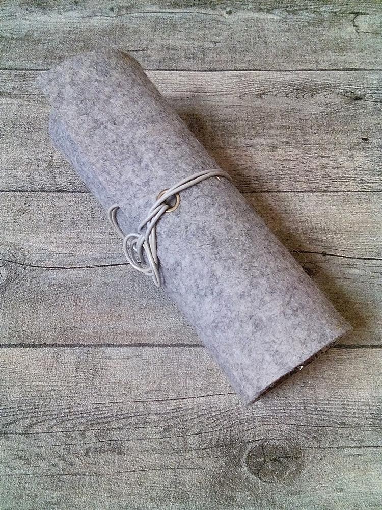 """Stifterolle """"Dschungel"""" (grau-beige-braun) aus Wollfilz und geprägtem Kalbsleder in Schlangenoptik - MONDSPINNE"""