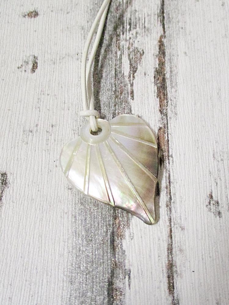 Kette Herz Perlmutt weiß braun bunt 42x33x3 Lochgröße 4 mm weißes Lederband - MONDSPINNE