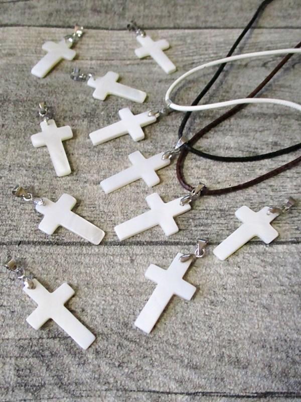 Kette Kreuz weiß perlmutt 25x15 mm mit Lederband 1,5 mm - MONDSPINNE