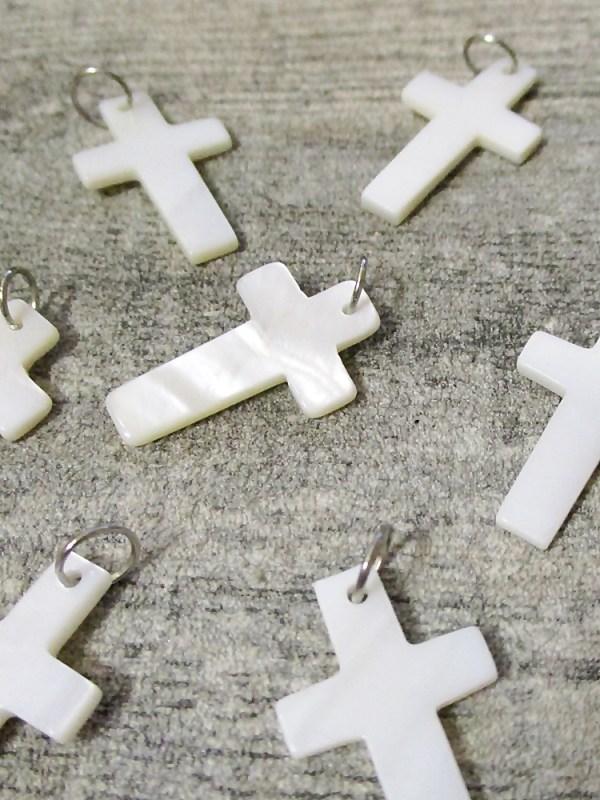Kreuz Anhänger mit Ring perlmutt weiß silberfarben 25x15 mm - MONDSPINNE