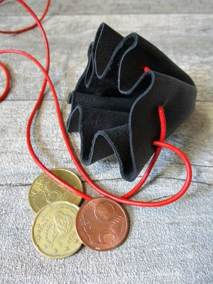 Mini-Lederbeutel schwarz rot Schafleder - MONDSPINNE