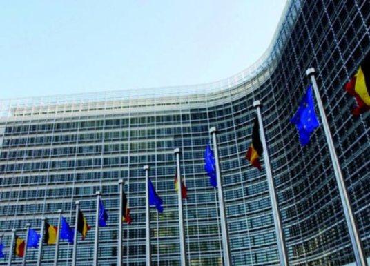 Η ΕΕ απειλεί την Ουάσινγκτον με αντίμετρα μετά την έναρξη της ισχύος των αμερικανικών τελωνειακών κυρώσεων