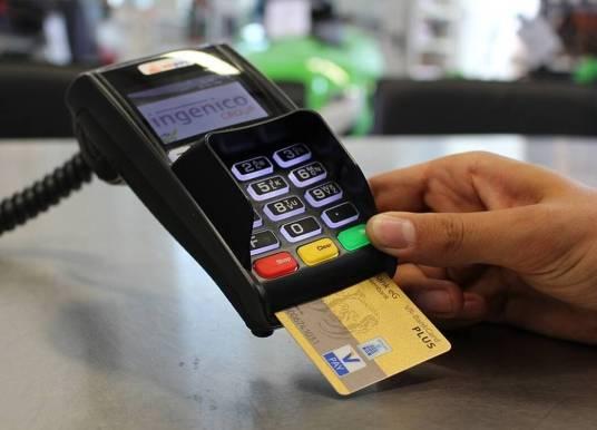 Αλλάζουν τα κίνητρα για πλαστικό χρήμα – Πού και πώς «χτυπά» η Εφορία