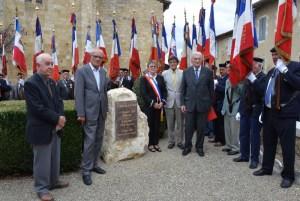 Les officiels devant la stèle